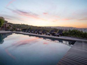 Prolongez l'été à Gordes dans un hôtel 4 étoiles dans le Luberon avec Spa et restaurant : Le Petit Palais d'Aglaé Profitez de l'arrière saison à Gordes pendant des vacances en septembre dans le Luberon. Calme et sérénité
