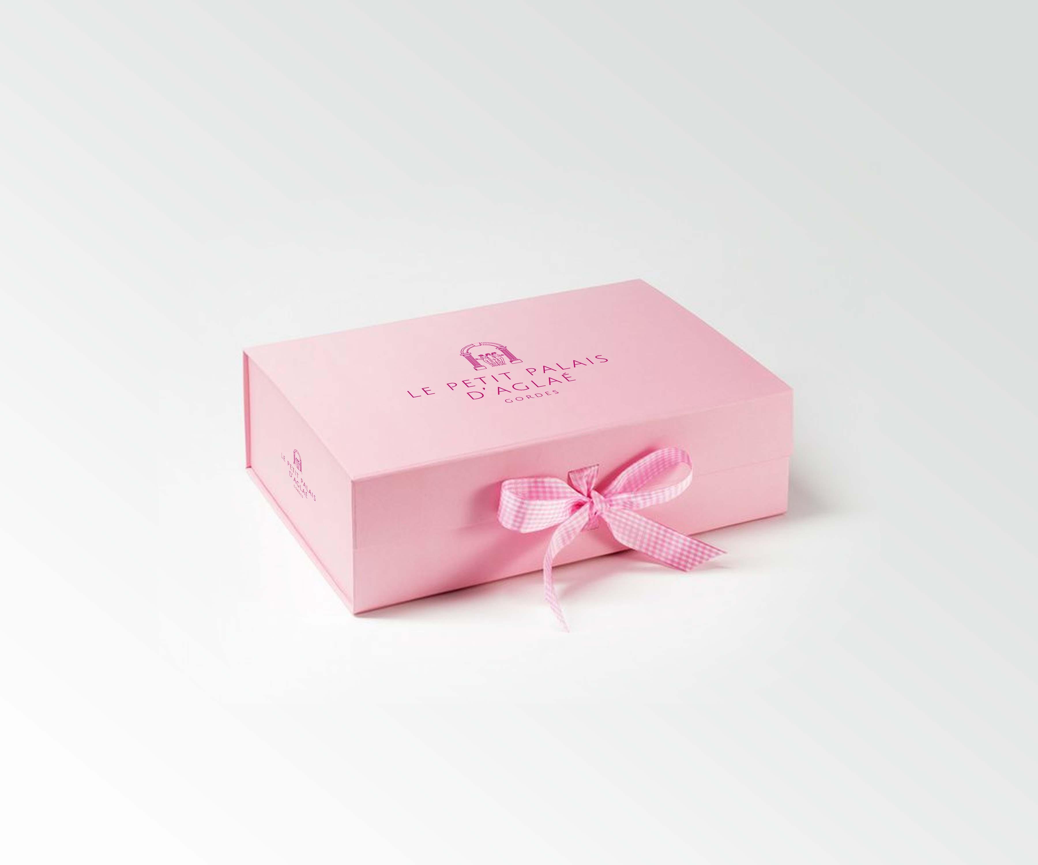 Envie de faire plaisir pour Noël, offrez un coffret cadeau pour un séjour à Gordes au Petit Palais d'Aglaé, hôtel de charme 4 étoiles, SPa et restaurant.